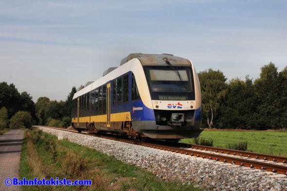 Auf der KBS 122 kurz vor dem Bahnübergang Auf dem Hollen in Klein Aspe, kommt am 17.09.2018 evb VT105 nach Buxtehude.